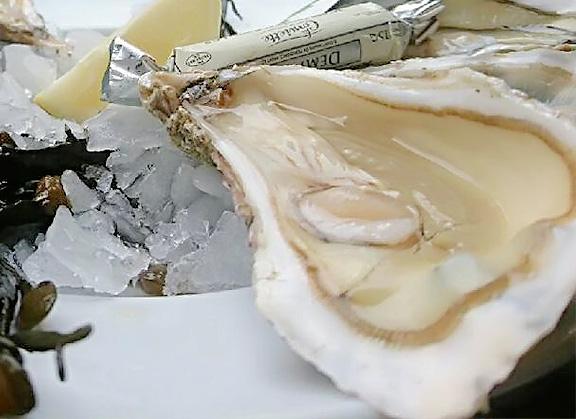 Gros plan d'une huître proposée par Le Cabanon Toulouse by La Cabane