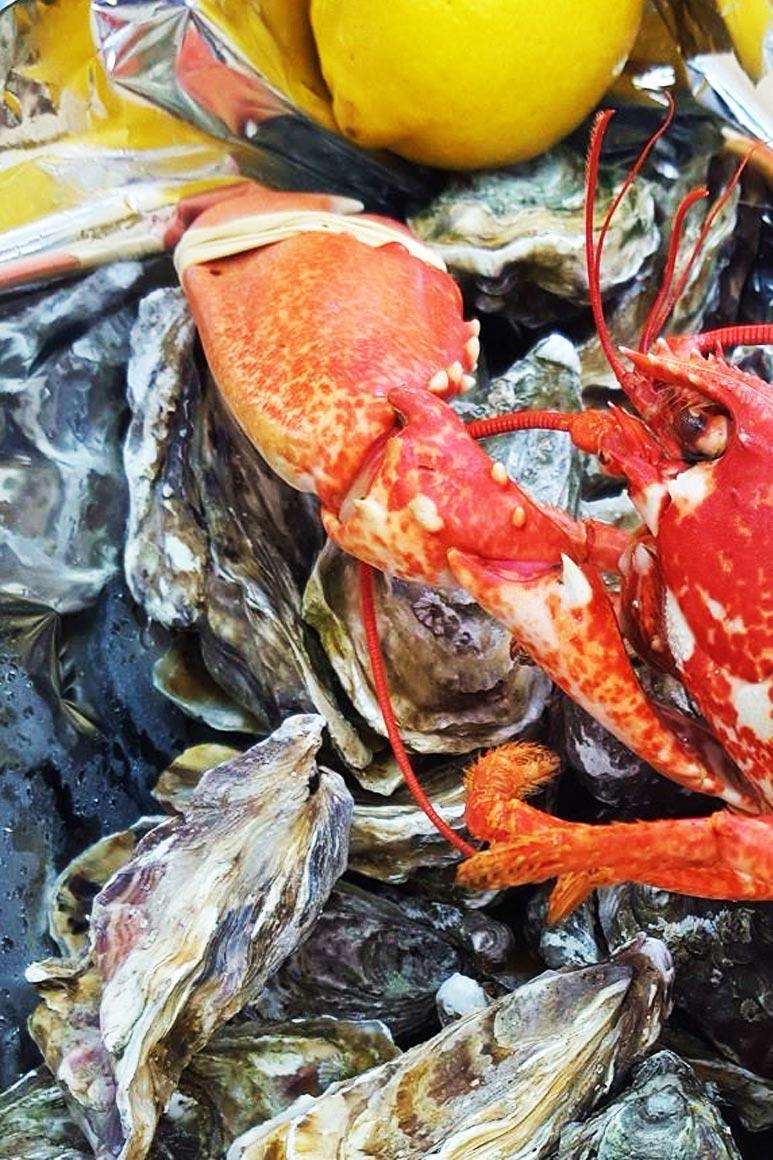 Gros plan sur un homard et des huître chez Le Cabanon Toulouse by La Cabane